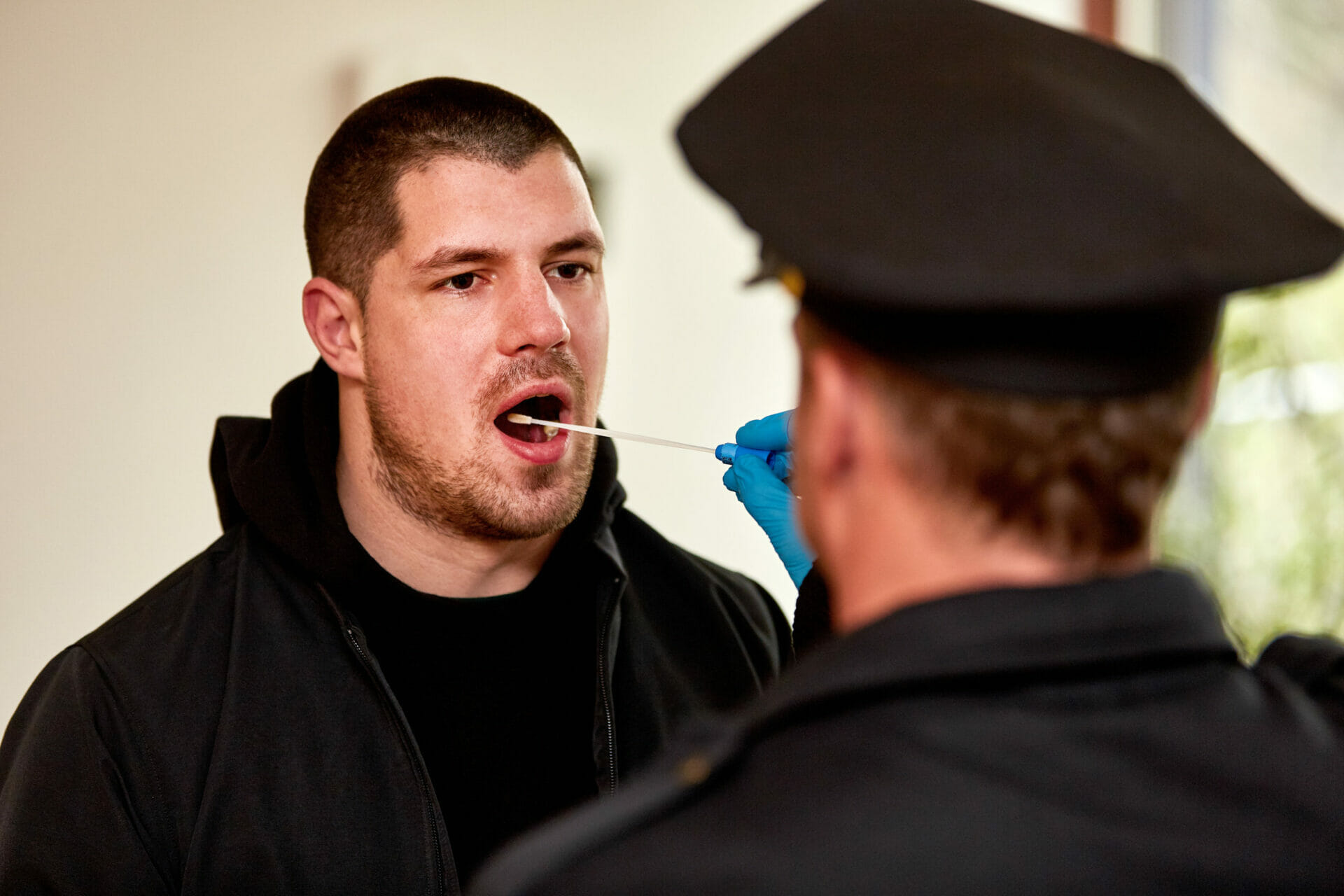 Réalisation d'un test salivaire par un policier pour dépister le cannabis